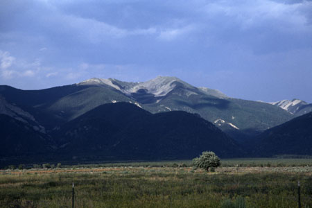 Sangre de Cristo Mountains mit Wheeler Peak. (24.412 Byte)